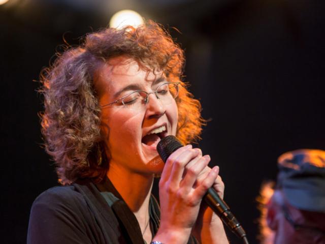 Edda Glass singing, photo by Daniel Sheehan.